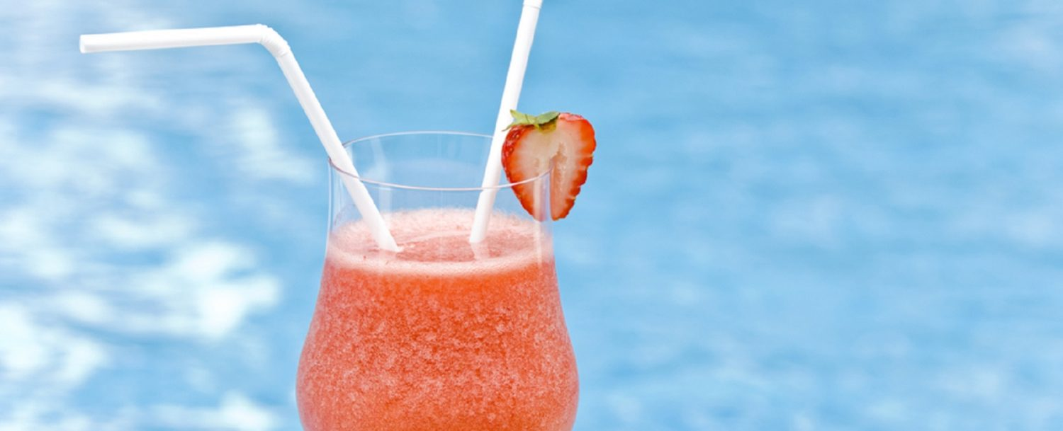 Strawberry-Daiquiri by the pool